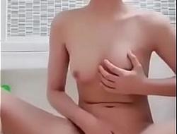 Lộ bracket học sinh thủ dâm lúc tắm bằng quần lÓt