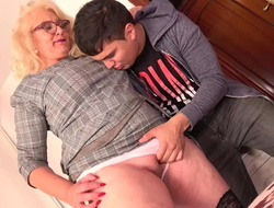 Mature mother with big booty tempts young person