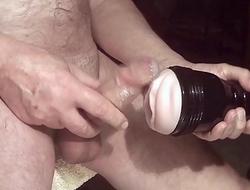 Kater xxx masturbiert mit einem Fleshlight - Nahaufnahme