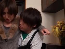 Bosomy geile asiatisch japanische Mutter fickt den jungen Sohn
