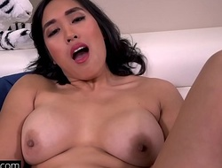 Mia Li displays lacking her stiffish pussy in some upskirt personify outside!
