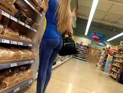 Niggardly candid milf furuncle chip in XXX yoga pants